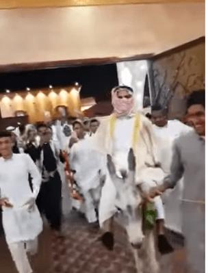 Photo of صور و تفاصيل عريس يكسب التحدي و يدخل زفافه على حمار