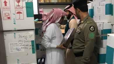 """Photo of شاهد: مداهمة مستودع متخصص في تزوير تواريخ العطور بـ""""الخُبر"""".. وضَبْط 1430 عطرًا مزورًا"""