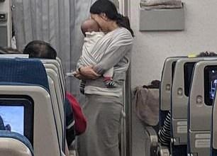 Photo of توزع الحلوى وسدادات الأذن على المسافرين بسبب بكاء طفلها