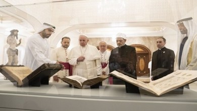"""Photo of بابا الفاتيكان والإمام الأكبر يكشفان عن قطع تعرض لأول مرة في """"اللوفر أبوظبي"""""""