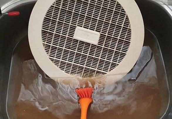 Photo of حيلة بسيطة لتنظيف مراوح الشفط في المطبخ