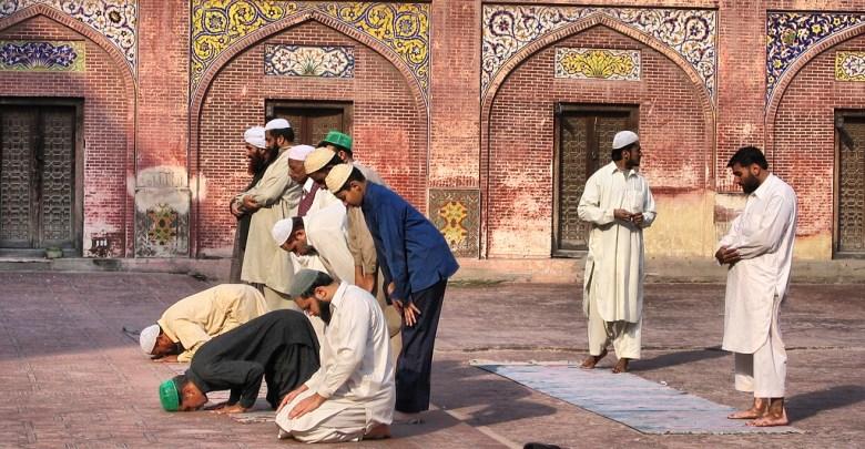 Photo of حكم الصلاة بالحذاء