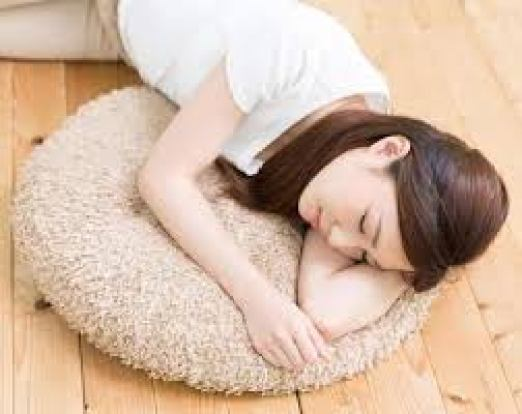 أوجاع التي تترتب على النوم على الأرض