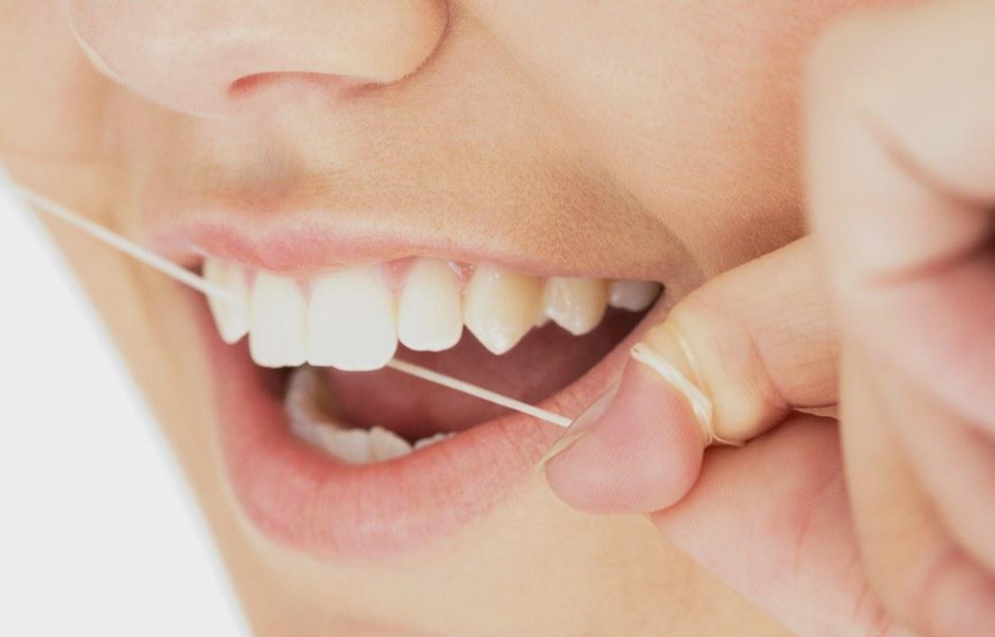 تنظيف الاسنان بخيط الاسنان