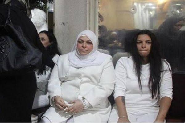 Photo of عائلة مدرب أسود مصري ترتدي الأبيض في عزائه