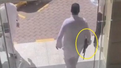 Photo of القبض على شخص ظهر في فيديو يحمل رشاش داخل مطعم بالرياض.. والكشف عن هويته