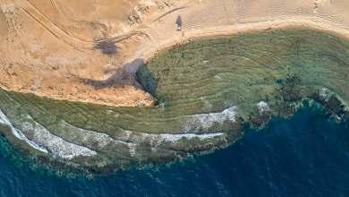 Photo of شاهد: صور ساحرة لشاطئ شمال غربي المملكة تأثر الناظرين.. هكذا أضافت التضاريس جَمالا فوق الجَمال