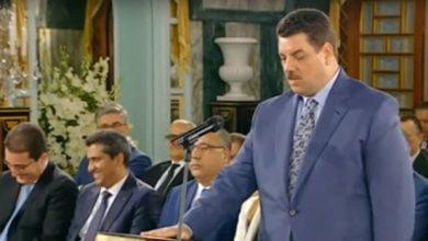 Photo of شاهد: موقف مضحك لوزير تونسي أثناء أدائه اليمين الدستورية