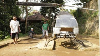 Photo of بالصور: إندونيسي ينفق كل ما لديه لبناء مروحية تخلصه من الزحمة داخل قريته