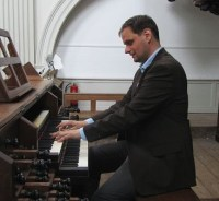 Stephan vd Wijgert achter het Smits-orgel van De Duif