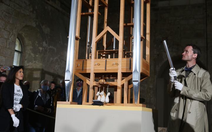 05 September 2020, Saxony-Anhalt, Halberstadt: Soprano Johanna Vargas (l) and composer Julian Lembke (r) use the organ pipes.