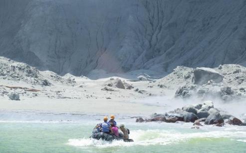 Gli operatori del White Island Tour intenti a salvare le persone dall'isola. Foto Fornlied / Michael Schade