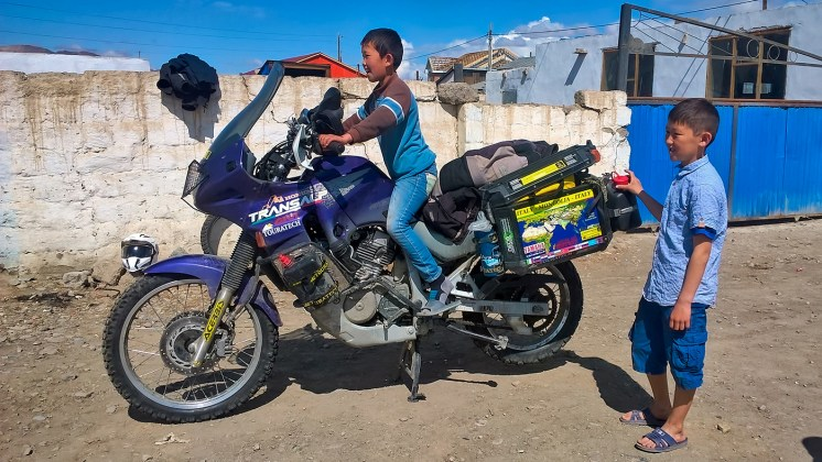 Honda Transalp in Mongolia, bambini in festa