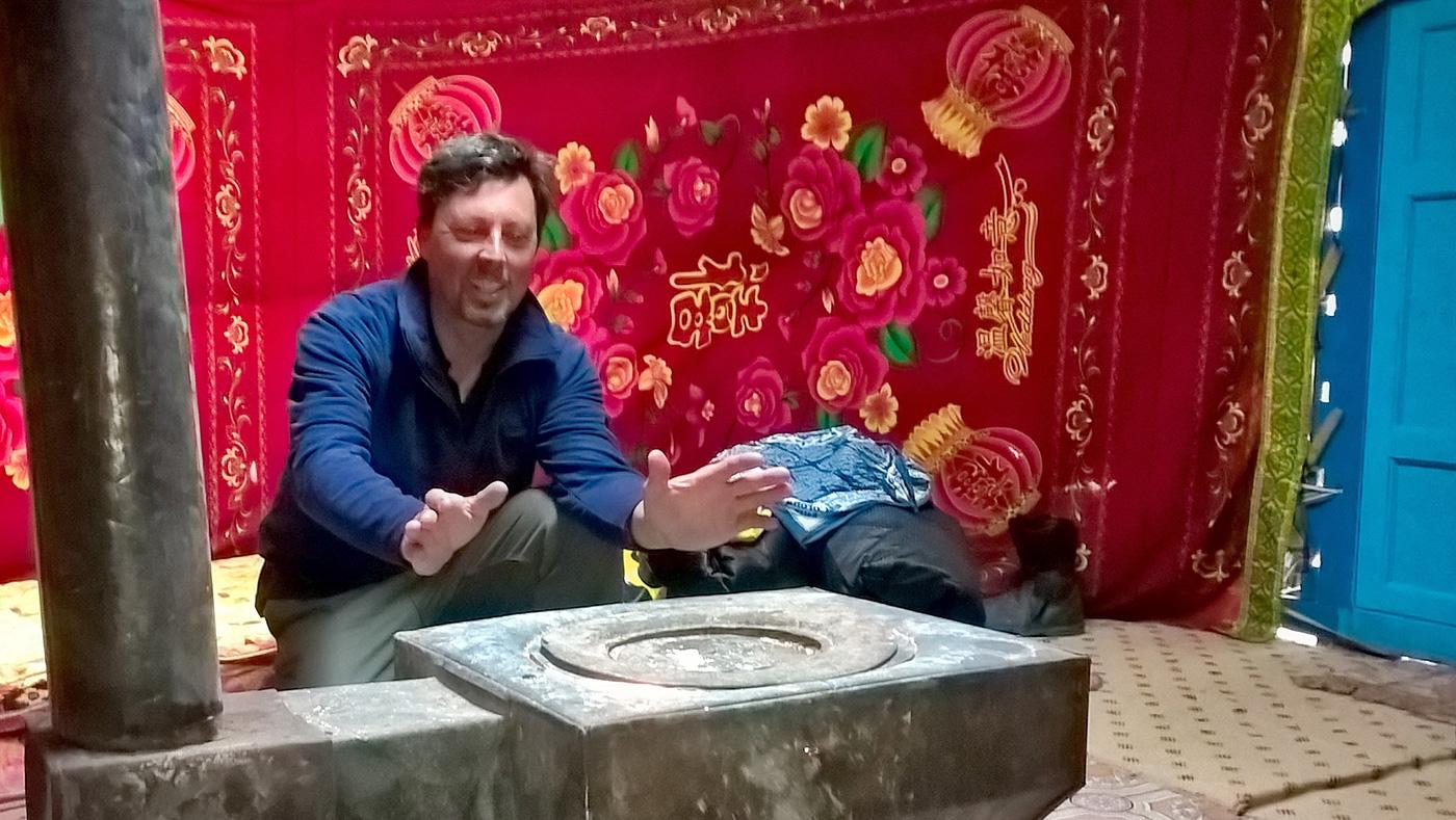 In Mongolia all'interno di una jurta