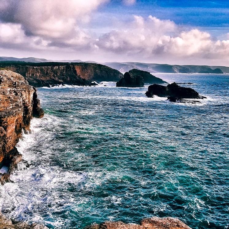 Spagna in moto, scogliere sull'Atlantico