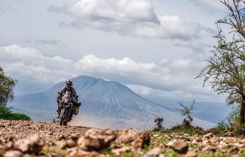 Around Gaia, Manu, la Yamaha XT 660 Z Ténéré e vulcano sullo sfondo