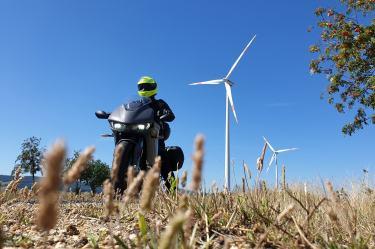 viaggiare-in-moto-elettrica-parco-eolico