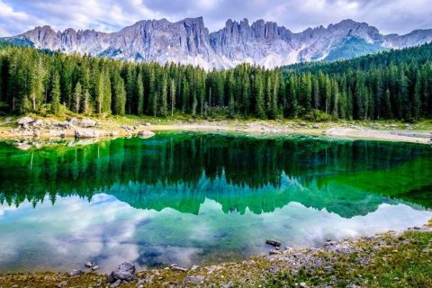lago di Carezza in moto