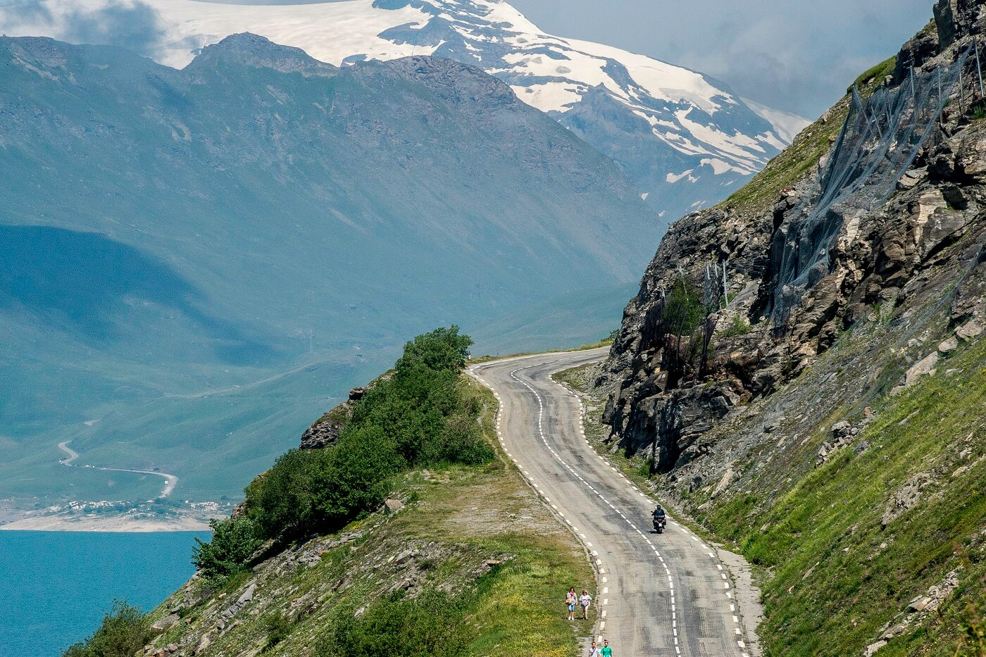 strada sul lago del Moncenisio in moto