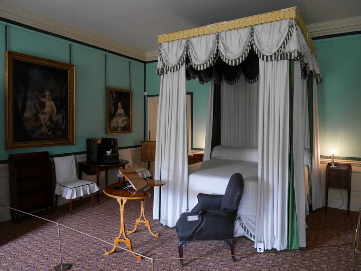 Kew-Palace-Garden-London-UK-queen bedroom
