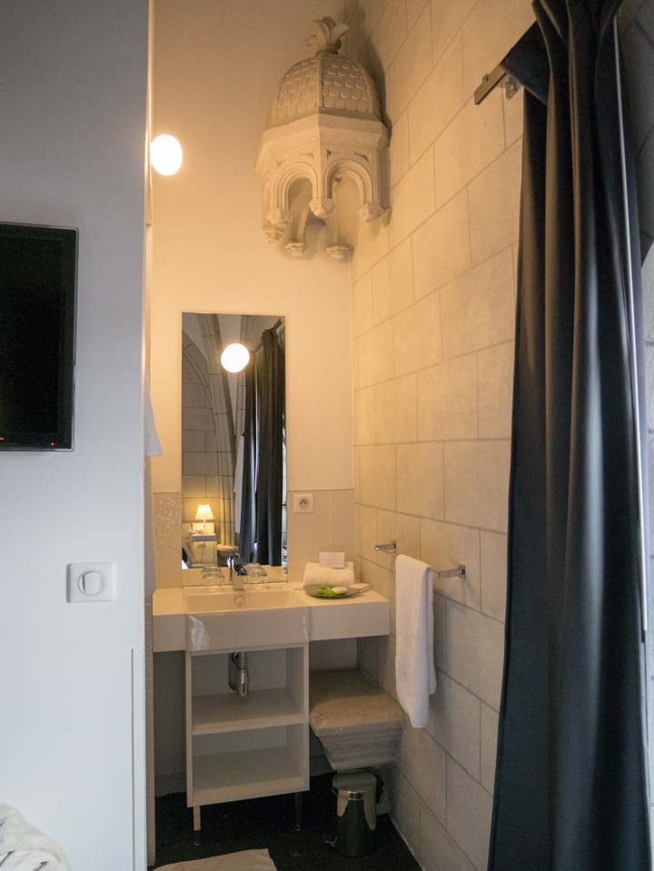 Sozo hotel in Nantes - France - bathroom with remaining canopy and base of statue