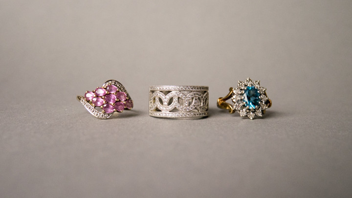 Mindful travel souvenirs - antique jewelry that is easy to wear - more infos on RoadTripsaroundtheWorld.com