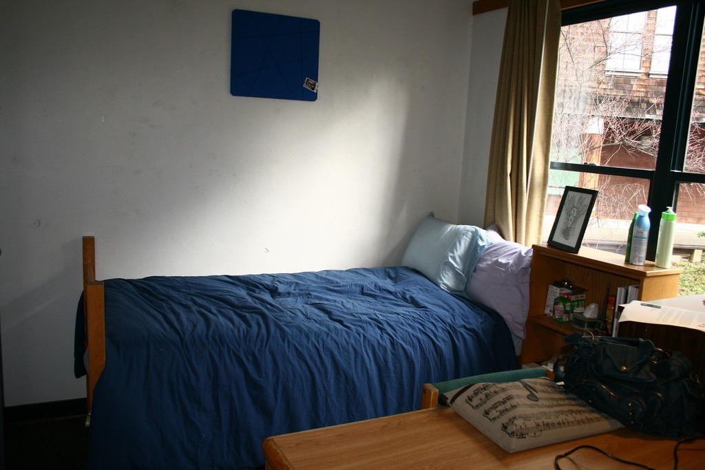A Guide to Moving Into a College Dorm or Apartment