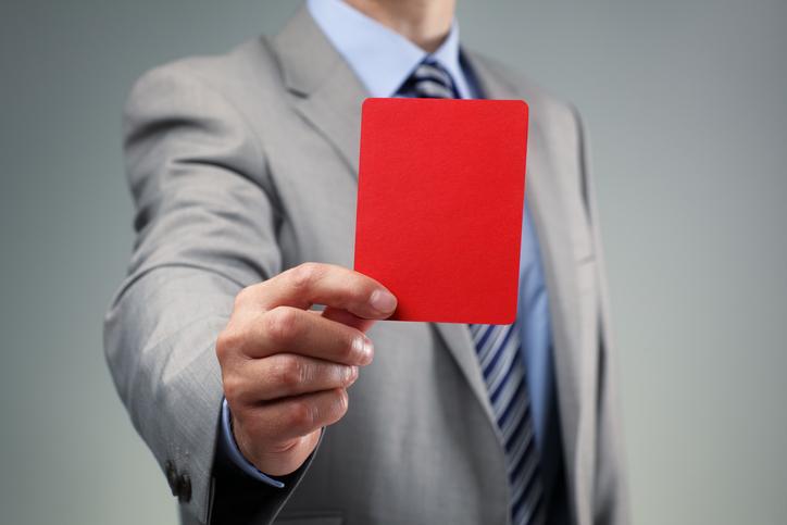 liberté-expression-entreprise-un-homme-dont-on-ne-voit-pas-le-visage-montre-un-carton-rouge
