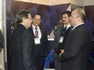 Diretor-executivo da ABF (à esq.), em visita ao estande da empresa