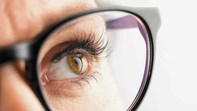 Thoughtful Female Eye With Glasses - Aceleração contábil