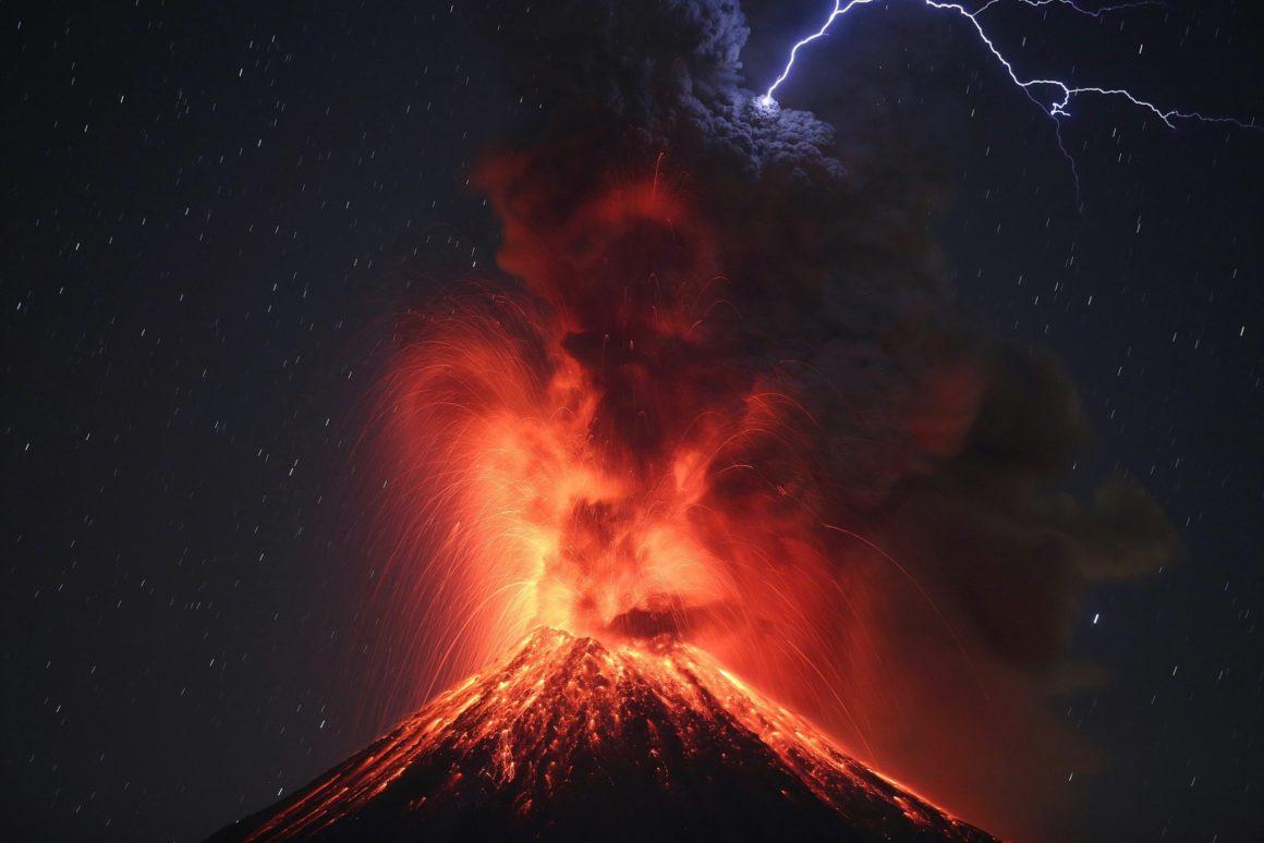 26 gennaio 2017 - Una foto scattata con una bassa velocità dell'otturatore mostra il vulcano Colima, il più attivo in Messico, durante un'eruzione. (Ulises Ruiz Basurto)