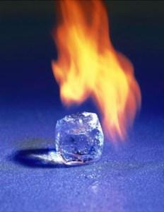 Ilustración 1: Desde el estado sólido del hielo hasta el estado de plasma de la flama, la dispersión de moléculas determina la entropía de un sistema. (Crisol Plural, 2010)