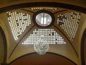 Candelabro de cristal dentro de la iglesia del Sagrado Corazón de Jesús en Progreso de Obregón, Hidalgo.