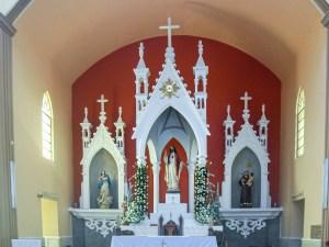 Altar y retablo principal dentro de la iglesia del Sagrado Corazón de Jesús en Progreso de Obregón, Hidalgo.