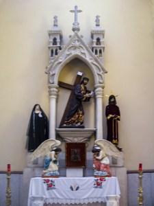 Retablo con el sagrario dentro de la iglesia del Sagrado Corazón de Jesús en Progreso de Obregón, Hidalgo.