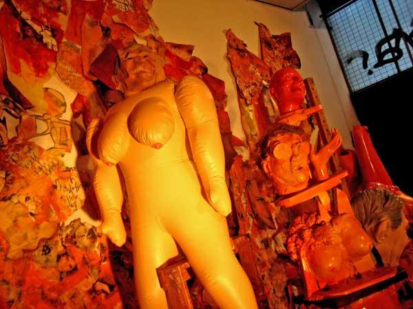 opblaaspop, seks, sex, robert, pennekamp, robert pennekamp, installatie, one day sculpture, installaties, brandblusser, speelgoed, pop, beest, destructie, rotzooi, rommel,