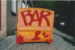 straatmuseum, kunstbar, rijdende, bar, mobiel, kunstbar, amsterdam, linnaeusstraat, middenweg, pretoriusstraat, rode loper festival, festival, rode, loper, robert, pennekamp, winkel, etalage, etalage kunst