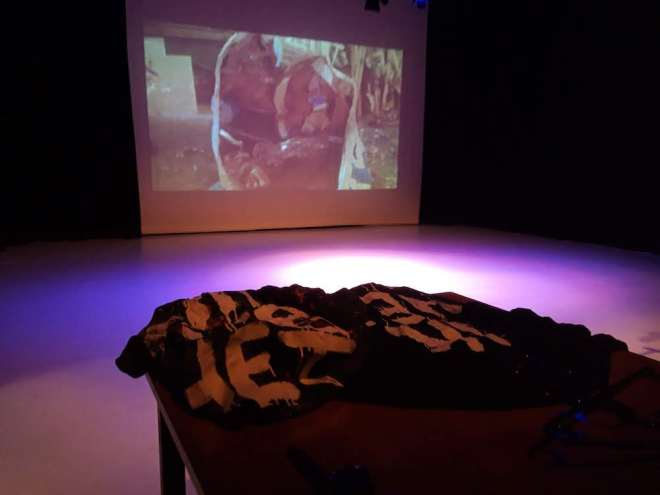 ik heb het, performance, plein theater, pleintheater, amsterdam, zang, beamer, video, artperformance, performanceart, improvisatie, experiment, catwalk, model, trash, troep, robert, pennekamp,