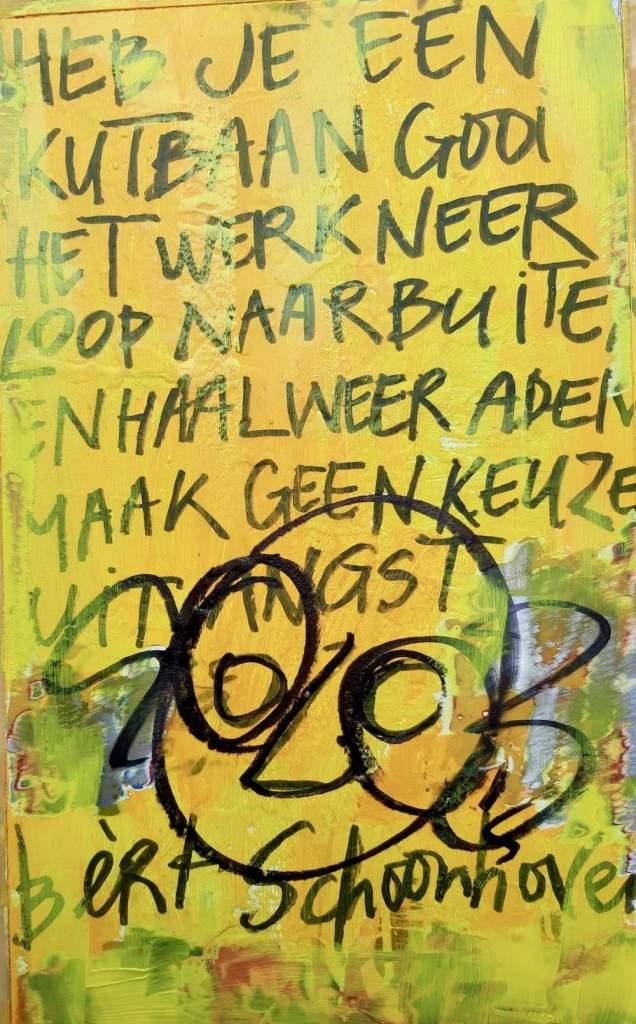 Bert Schoonhoven, dichter, Grondlegger, OutsiderArt, Amsterdam, striptekenaar, Artnormaal Goed, Publicist, Programmamaker, Muzikant, Performer, Podiumdichter, erotische, koelkastdeur, harde, uitspraak, bn, bn-er, koelkast, deur
