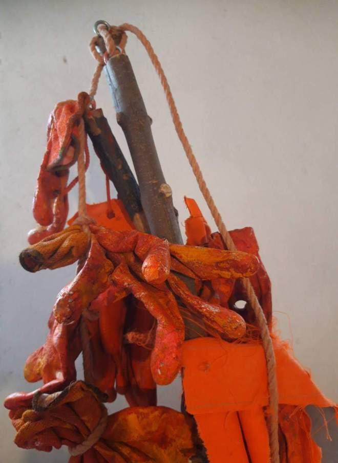 natuur, gevonden, voorwerpen, object trouvé, handschoenen, tak, boom, natuur, oranje, rood, installatie, installation, artperformance, amsterdam, aanpakken, grashart, recycleart, duurzaam, duurzaamheid, associatie