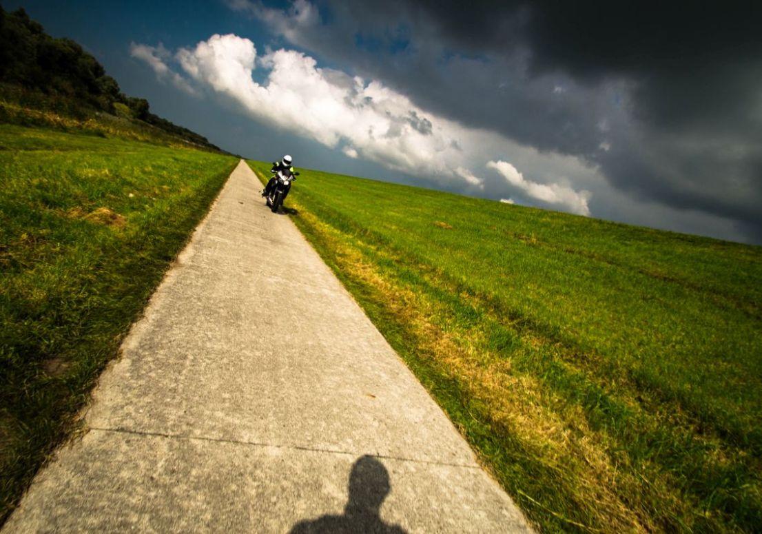 Knardijk, motorrijder op fietspad