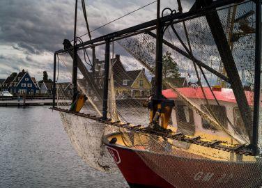 Genemuider vissersboot in haven Huizen N.H.