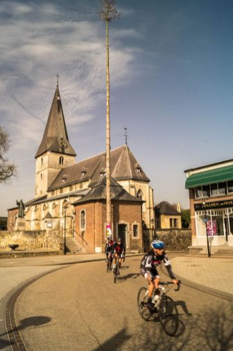 Noorbeek, Sint Brigidakerk met wielrenners