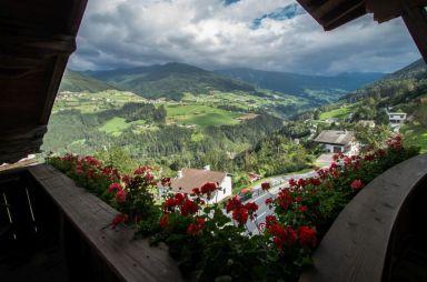 Uitzicht Stubaital vanachter de geraniums