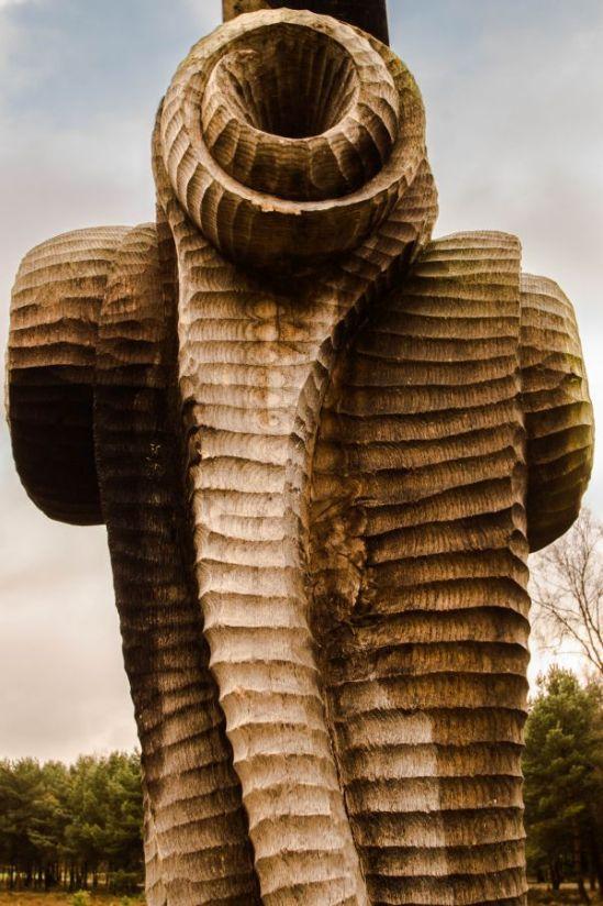 Woodhenge 'De tijd', sculptuur achter, Putten