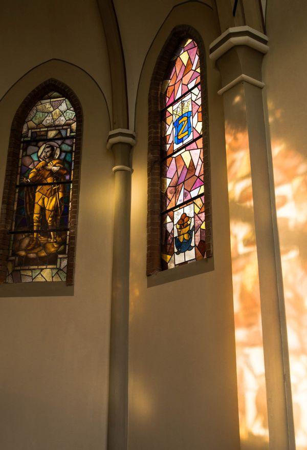 Kapel, glas in lood ramen