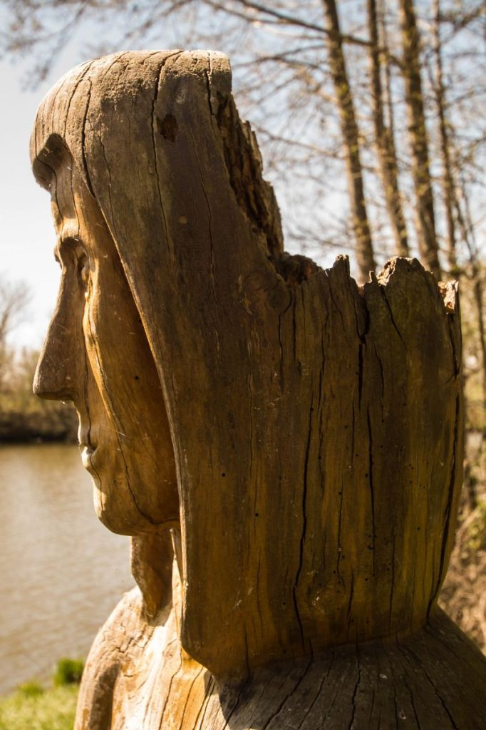 Gecrashte halo, houtsnijwerk langs oever Eems