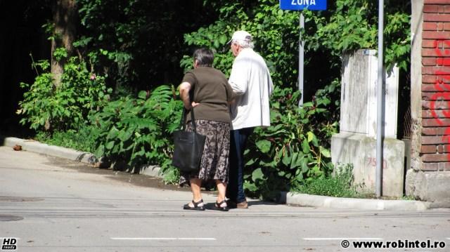 Înduioșător: Tată ajutat de fiică să se plimbe pe o stradă din Cluj