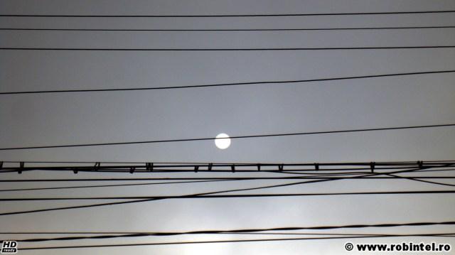 Ce să fie, ce să fie? Este Soarele sau Luna? Sau este o nebunie?