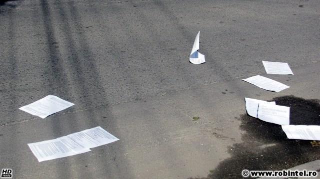 A trecut bac-ul, se vede după aceste fițuici aruncate dintr-o mașină, cu mesajul: - Pierdut cunoștințe generale, le declar nule